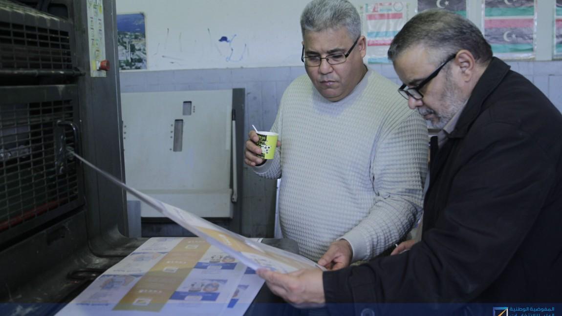 إدارة التوعية والتواصل تتابع أعمال طباعة المواد التوعوية