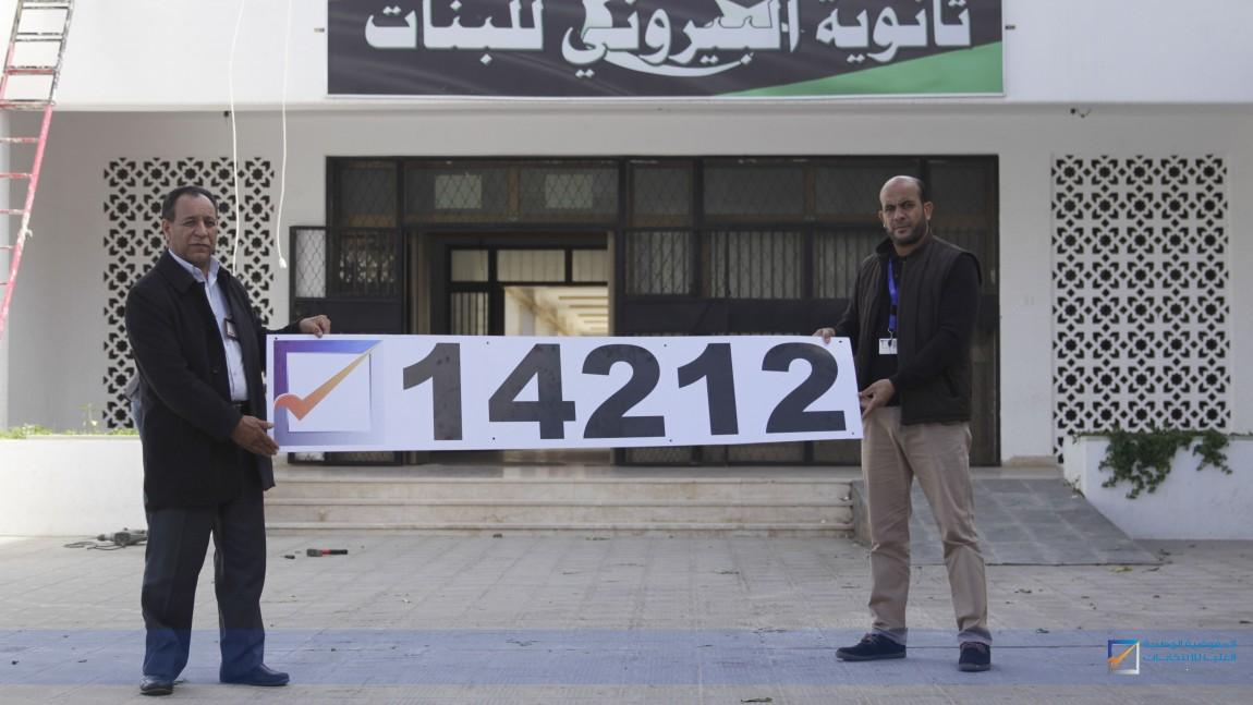 المدير العام للمفوضية يتابع عملية تثبيت لوحات أرقام مراكز الانتخاب