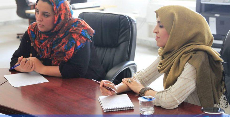 عقد بمقر المفوضية، صباح الخميس 20 يوليو 2017، اجتماع ضم مسؤول وحدة تمكين المرأة بالمفوضية السيدة أريج العجيلي، مع عدد من مؤسسات المجتمع المدني المعنية بالمرأة، وذلك لبحث جملة من الموضوعات التي تخص المشاركة السياسية للمرأة. افتتحت (العجيلي) الاجتماع موضحة أهداف وحدة تمكين المرأة في تعزيز المشاركة الانتخابية للنساء من حيث الترشح والانتخاب، وتولي المناصب القيادية وفقاً للقوانين والتشريعات. واستعرض الاجتماع بعض المقترحات والأفكار الأولية حول كيفية تفعيل الوحدة من خلال الجهود المشتركة بين المفوضية والمنظمات المعنية، وخاصة فيما يتعلق ببرامج التوعية الانتخابية، وبحث سبل تنفيذها ضمن الخطط التنفيذية للمفوضية.